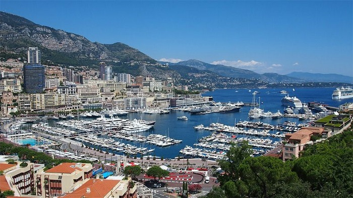 Features holiday on the French Riviera